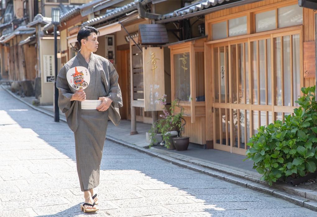 素足で履くと気持ちがいい!鎌倉彫り下駄は見た目にも粋です♪